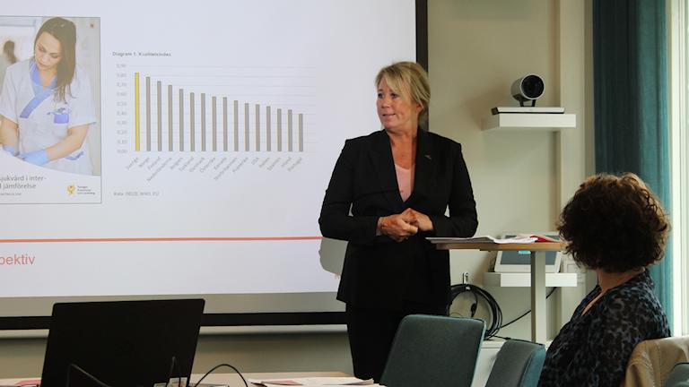 Ingeborg Eriksson går igenom rapporten på en presskonferens.