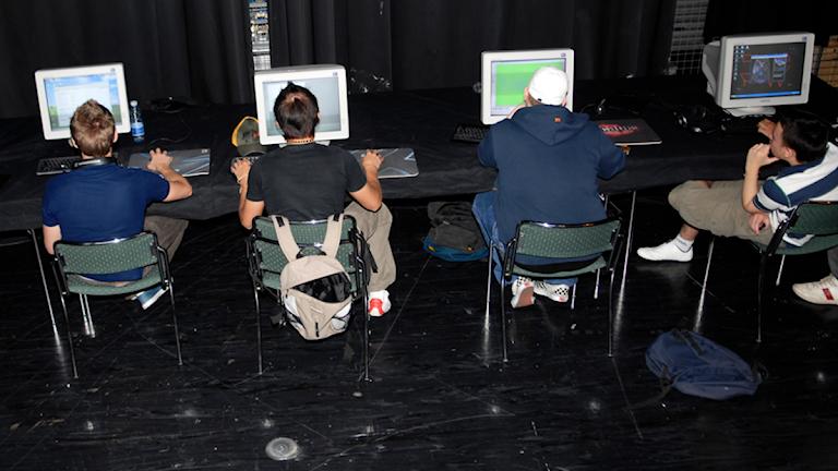 Ungdomar vid datorer. Foto: Lars Pehrson/TT
