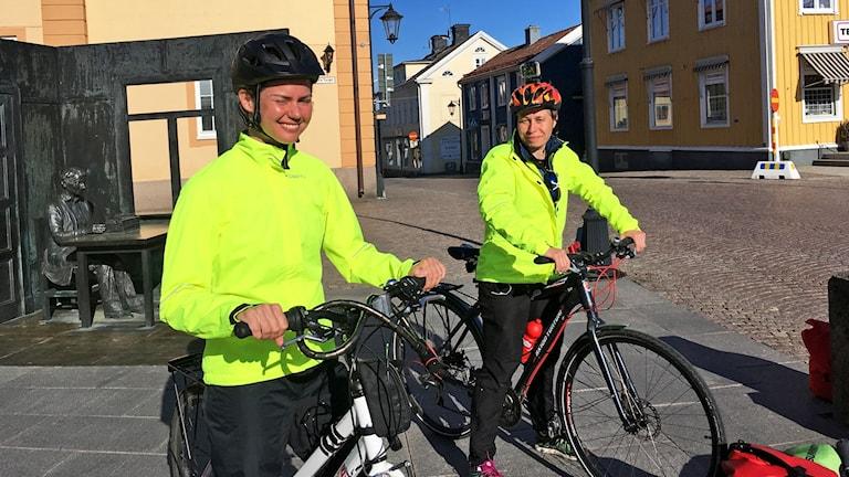 Två sjuksköterskor på cykel.