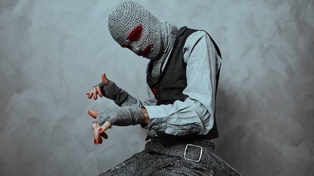 Person med mask för ansiktet.