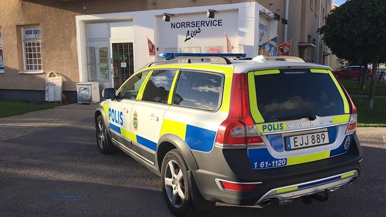 Polisbil utanför Norrservice Livs i Kalmar