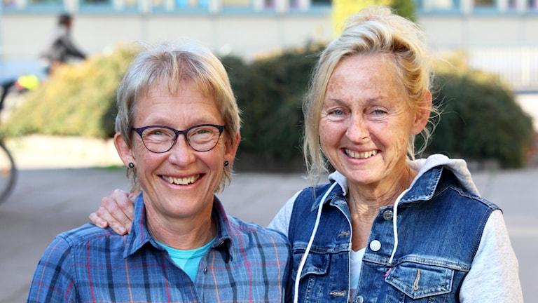 Två kvinnor som ler.