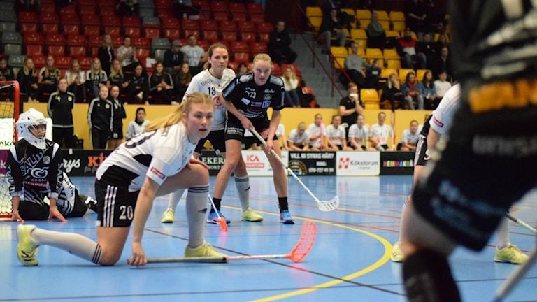 FBC Kalmarsunds damer mot IBK Göteborg spelar innebandy