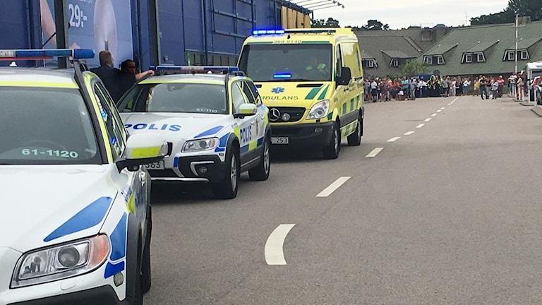 Polisbilar och ambulans utanför IKEA.