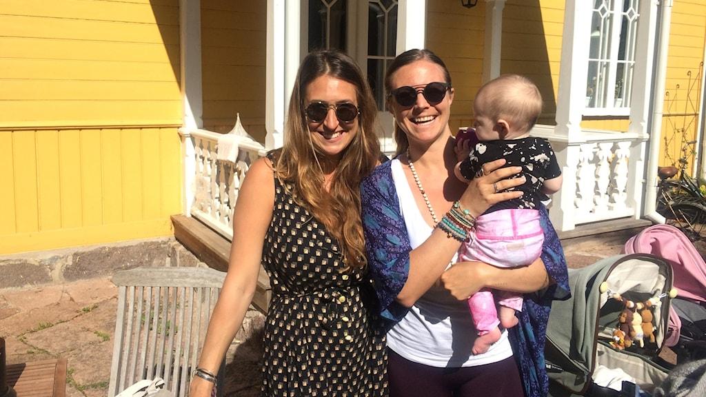 Olivia Rotschild och Rachel Bråthén, mer känd som Yoga Girl framför ett gult hus.