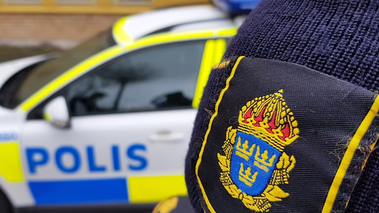 Polismössa och polisbil.