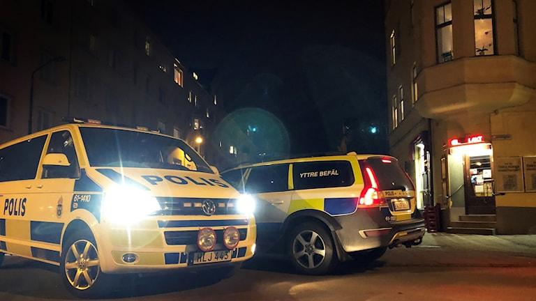 Polisbilar utanför närbutik.