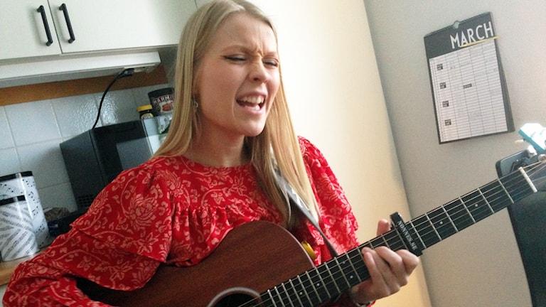 Ida Gratte sjunger och spelar gitarr.