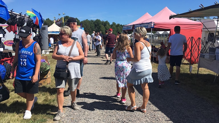 Besökare på Virserums marknad.