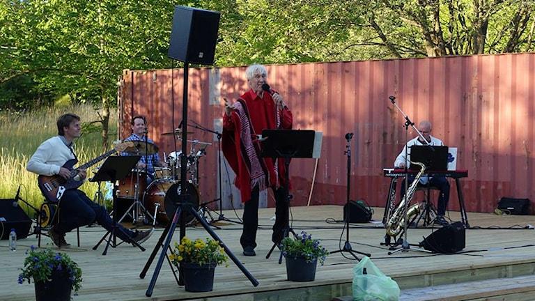 I somras stod Anders Linder på Scenbrottets scen tillsammans med lokala musiker