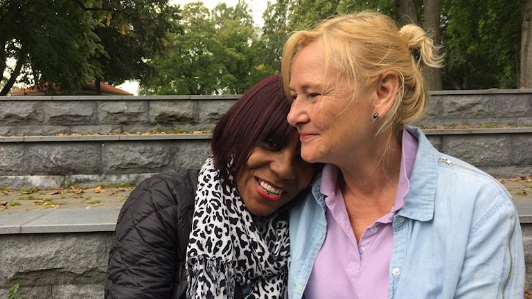Luci Pain Evangelist och Annika Nordenbring arrangör under förberedelserna i stadsparken