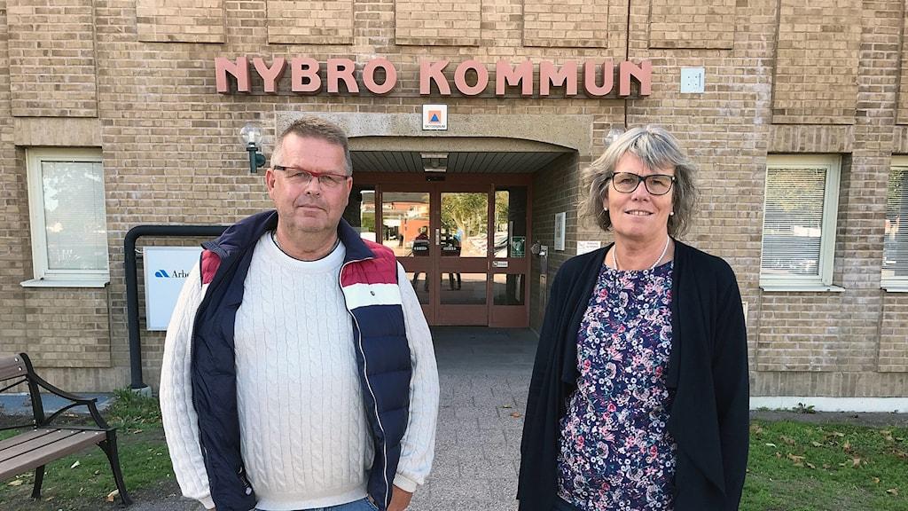 Mikael Svanström (S) och Christina Davidson (C) utanför kommunhuset i Nybro