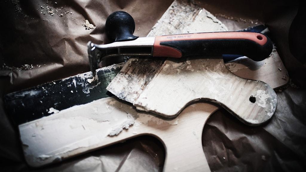 Olika renoveringsverktyg ligger i en hög.