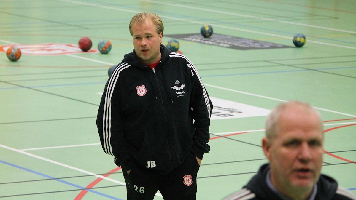 Andreas Stockenberg, tränare i Alstermo handboll och Tomas Lundberg, assisterande tränare. Foto: Anna Tigerström/Sveriges Radio
