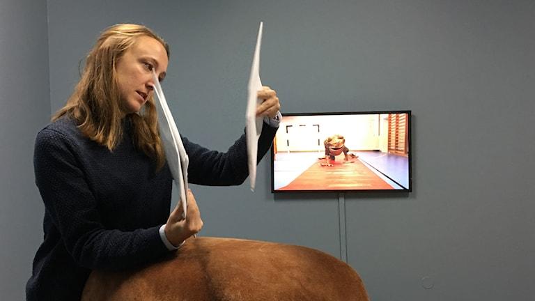 Kvinna tittar på kuvert