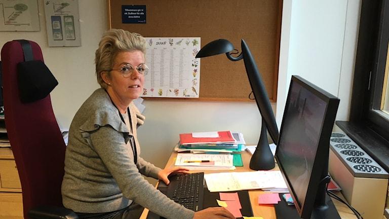 Socialchef Cecilia Frid sitter på sitt kontor.
