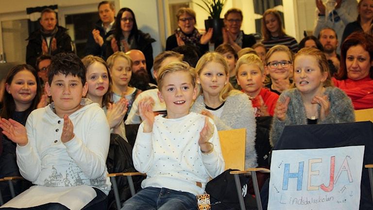 Lindsdalsskolan 5 D hejar på de tävlande i Vi i femman.