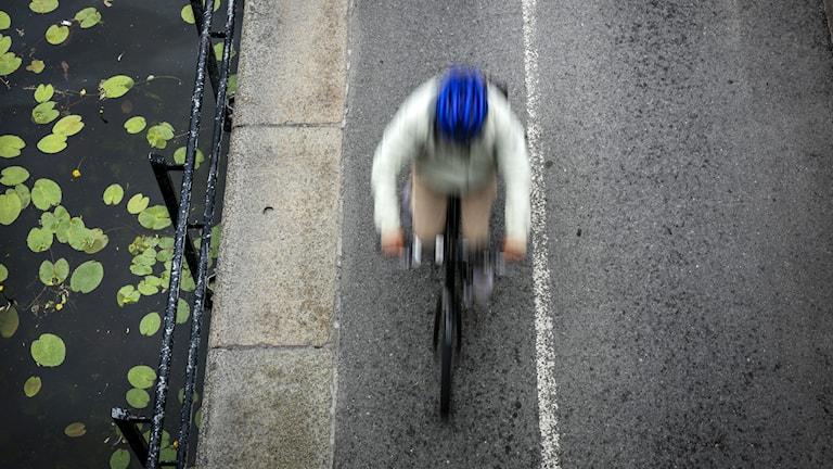 En person cyklar.