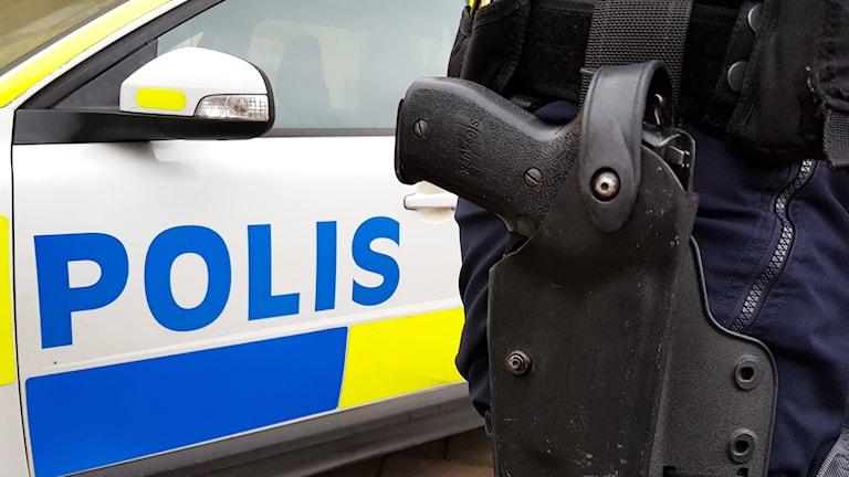 Polisvapen och polisbil.