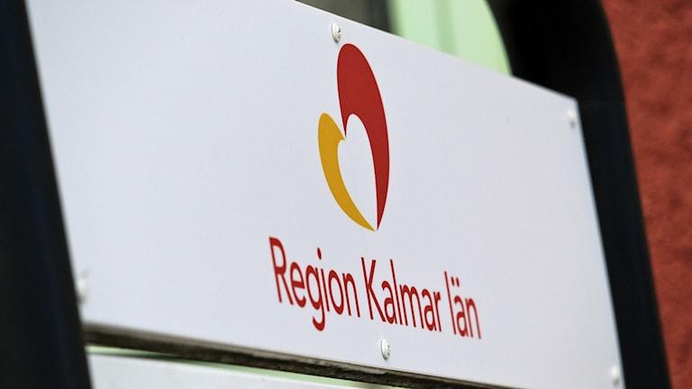 Skylt med logga och texten Region Kalmar län