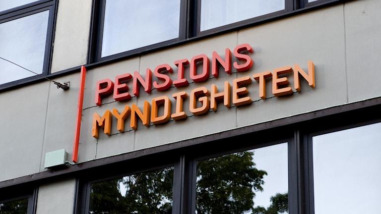 En skylt där det står pensionsmyndigheten.