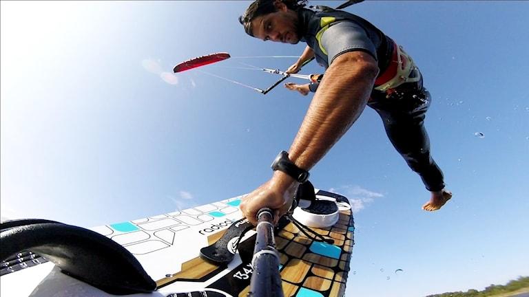 Andreas på kitebråda hängande i luften