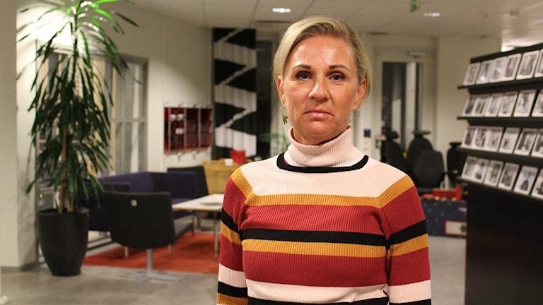 En kvinna i randig tröja.