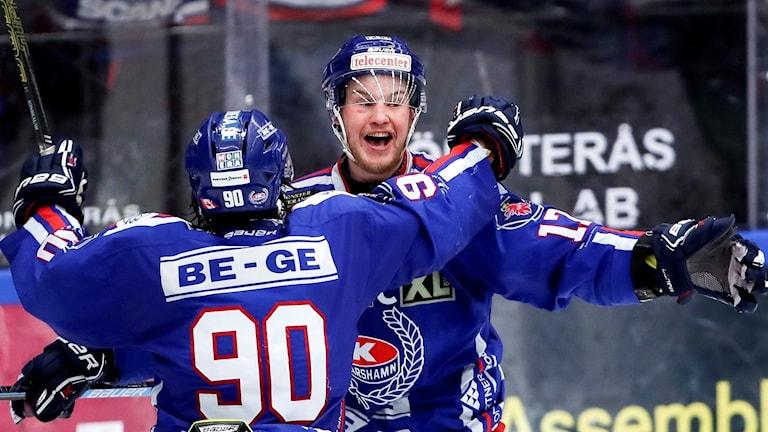Oskarshamns Jonas Engström jublar efter mål.