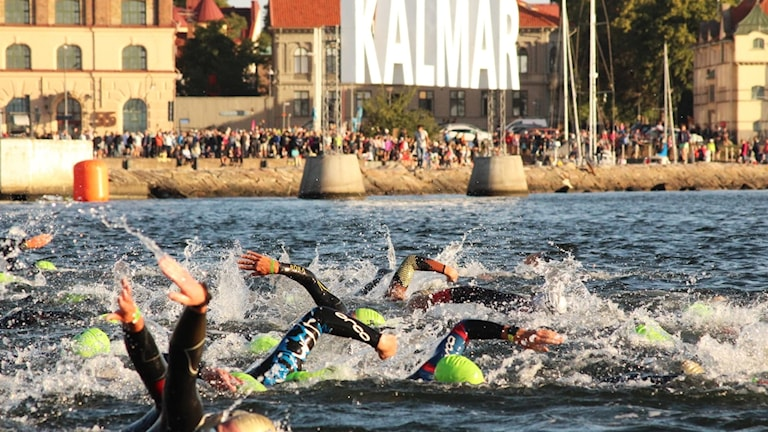 Ironman-deltagare simmar.