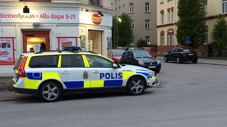 Polisbil framför rånad affär i Kalmar