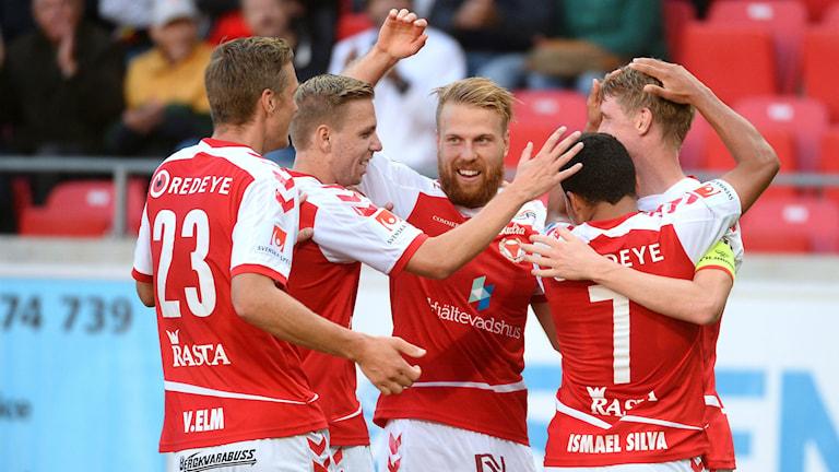 Ismael Silva klappas om efter 2-0 målet under lördagens fotbollsmatch i allsvenskan mellan Kalmar FF och Östersunds FK.