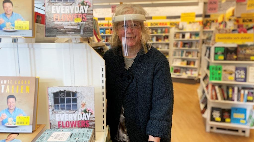 En person i en bokhandel.