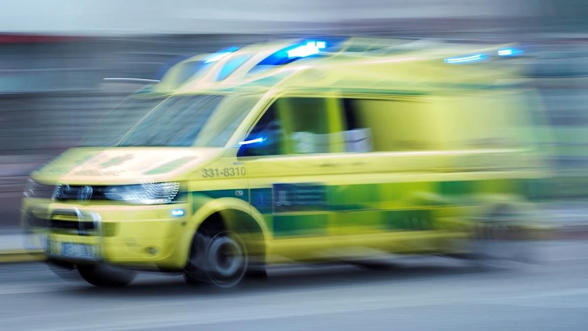 En ambulans kör.