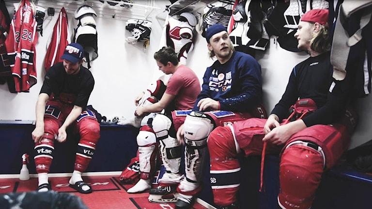 Spelare från VIK Hockey i omklädningsrummet.