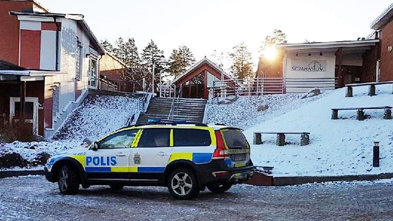Polisbil utanför skola.