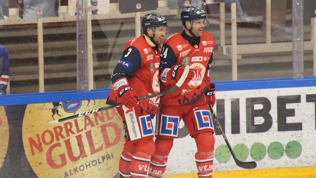 Glada Västerviksspelare när Zach Budish gjort mål.