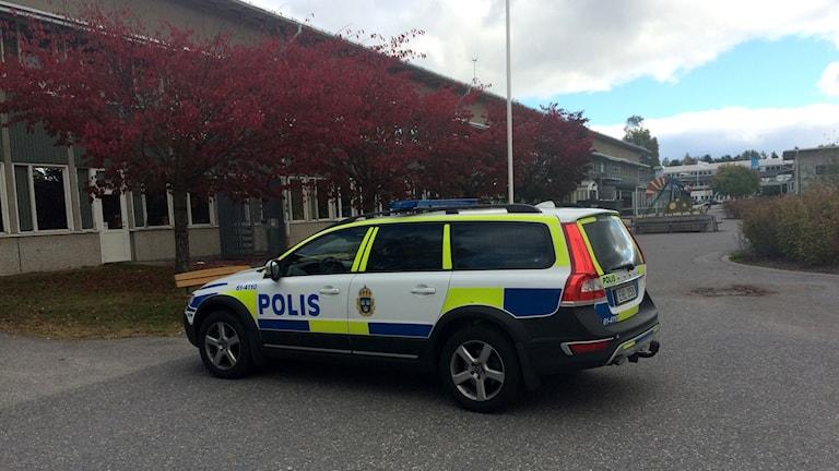 Polisbil utanför Västerviks gymnasium