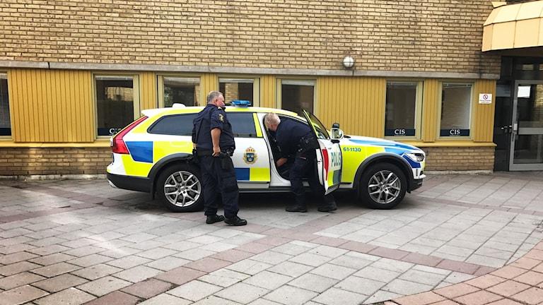 Polisen utanför ett servicekontor i Kalmar.