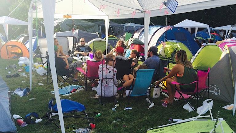 Ungdomar i ett tält på Emmabodafestivalen.