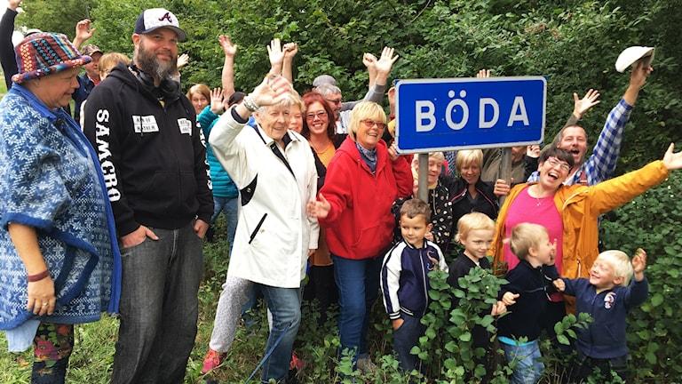 Glada Bödabor framför Bödaskylt