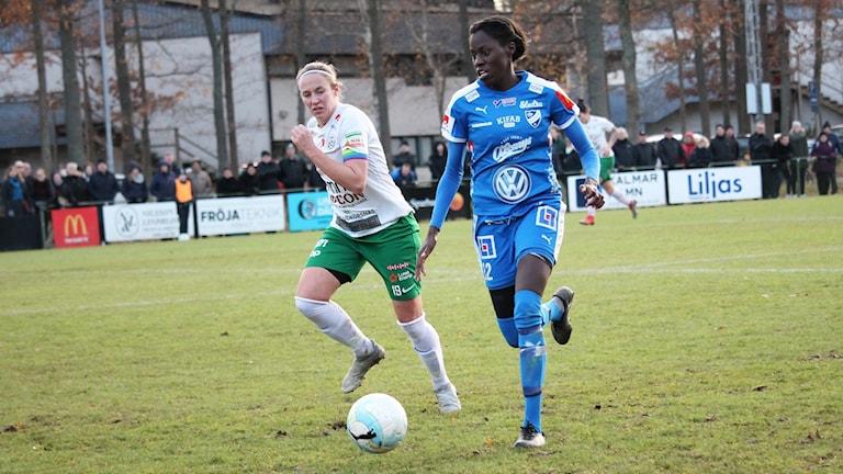 Valerie Carlson i kamp med Assi-spelare.