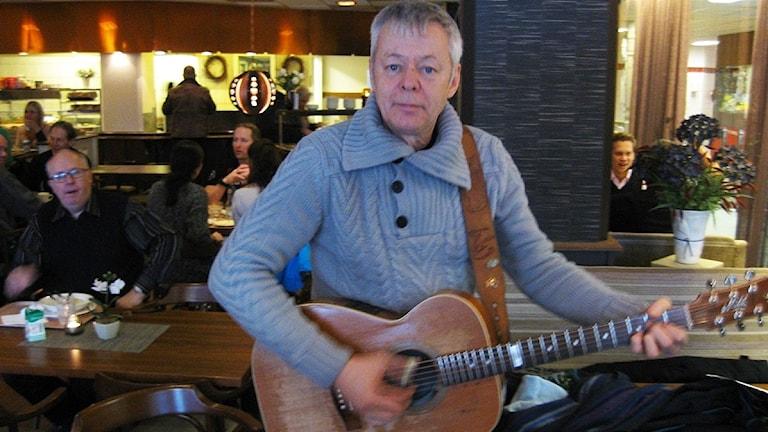 Tommy Emmanuel med en gitarr.