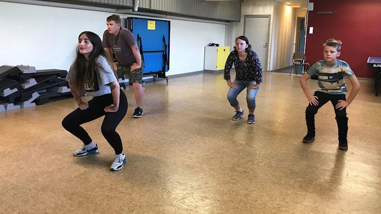 Streetdance. Fyra personer med böjda knän.
