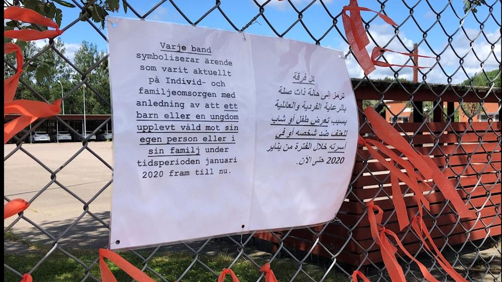 Röda band i staketet utanför socialkontoret i Högsby.
