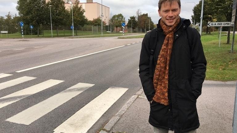 Thomas Eidrup Cykelstrateg Kalmar kommun vid övergångsställe