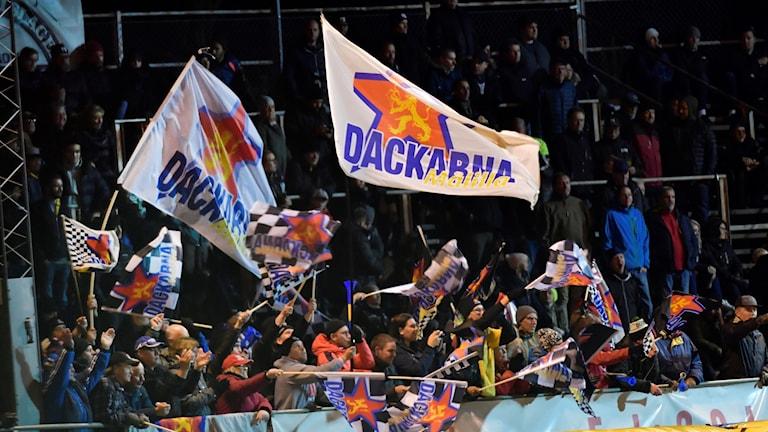 Speedwayspoortrar med flaggor.