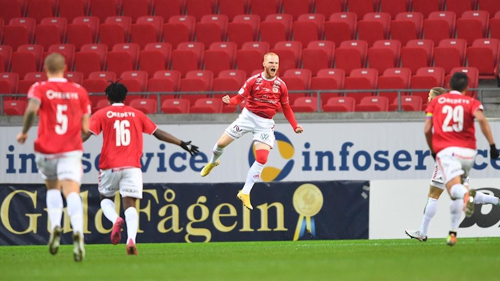 Nils Fröling firar att han gjort mål.