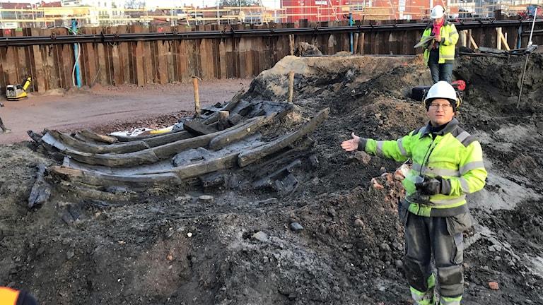Arkeologen Nicholas Nilsson tillsammans med det senaste vrakfyndet som hittats vid bygget av nya Linnéuniversitetet i Kalmar.