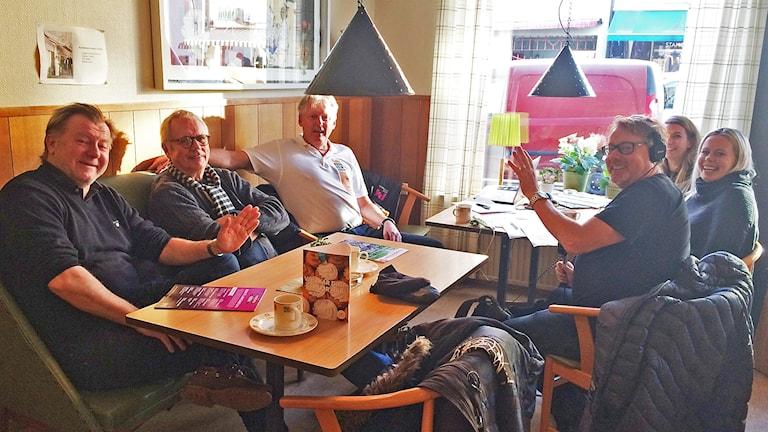 Ett gäng glada människor på ett fik i Västervik.