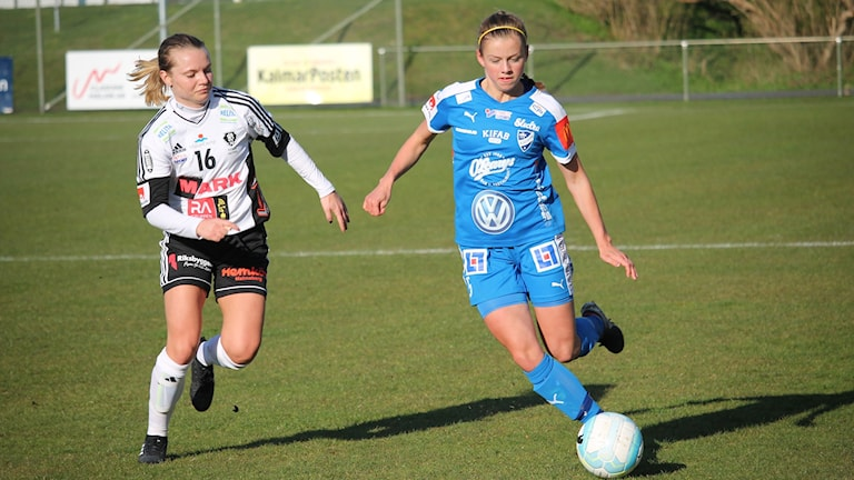 Två fotbollsspelare i kamp om bollen.